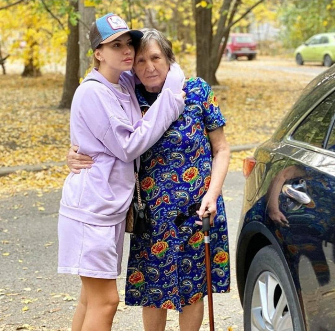 Саша Артемова проведала бабушку в Луганске