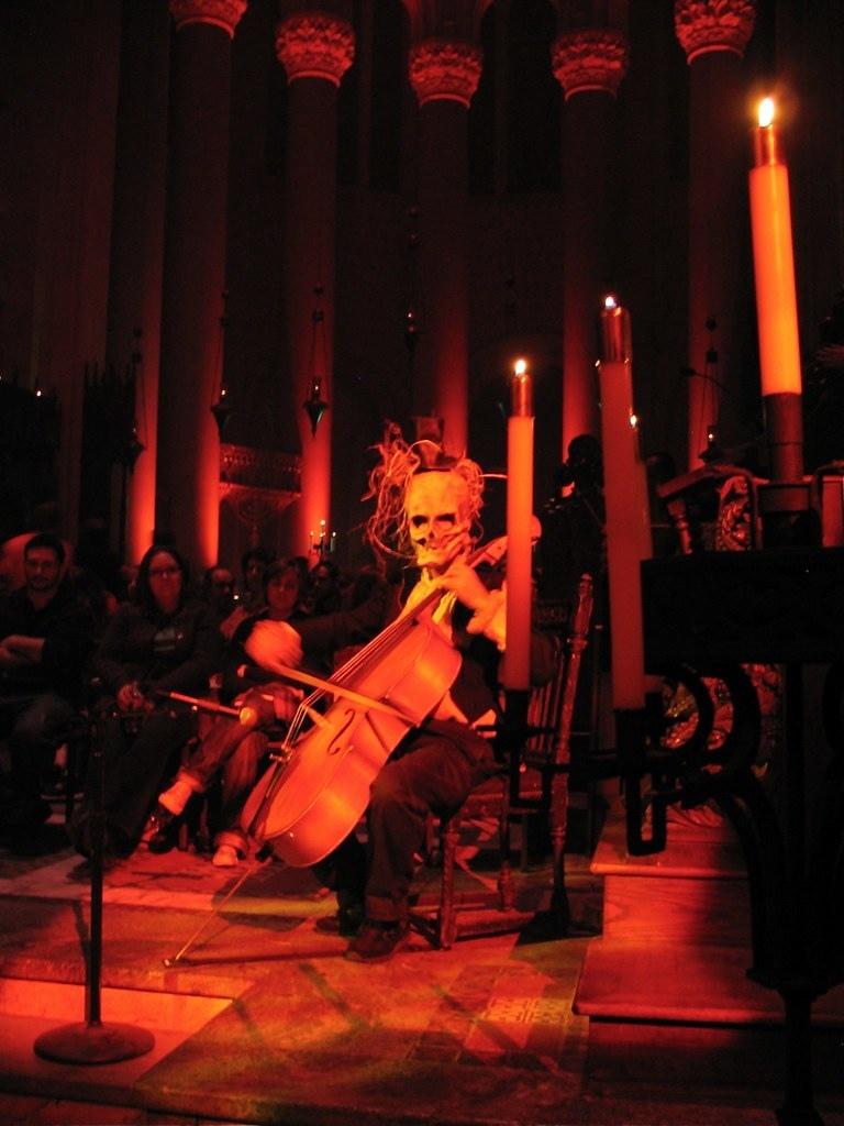 Феерия Хэллоуина и Шествие вурдалаков в готическом соборе в США /  Halloween Extravaganza and Procession of the Ghouls