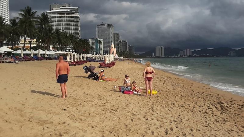 Нячанг Вьетнам центральный пляж и море 17 февраля утром Наслаждаемся солнышком