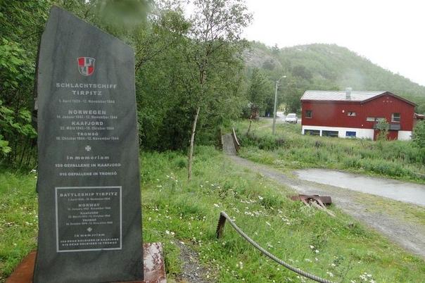 Охота на «Тирпиц». Бухта Хокейботн (Норвегия), 12 ноября 1944 года. В 1936 году Гитлер задумался о возрождении в Германии сильного флота. Чтобы порадовать фюрера, немецкие инженеры разработали