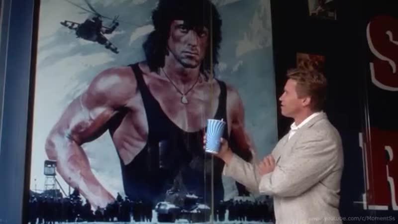 Шварценеггер высмеивает бицепсы Сталлоне.Фильм «Близнецы» 1988 год («Twins»)