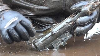 Автомат в руках у погибшего солдата Раскопки Второй мировой // Юрий Гагарин