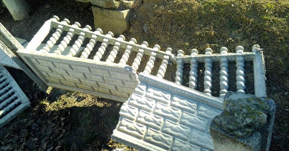 Вечер, подросток и сломанный забор. В Кобрине 17-летний парень повредил ажурное ограждение