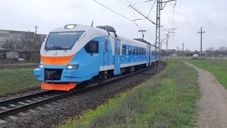ЭП2Д-0123 следует по перегону Евпатория-Курорт-Товарная в дождливый день апреля [КЖД 2021]