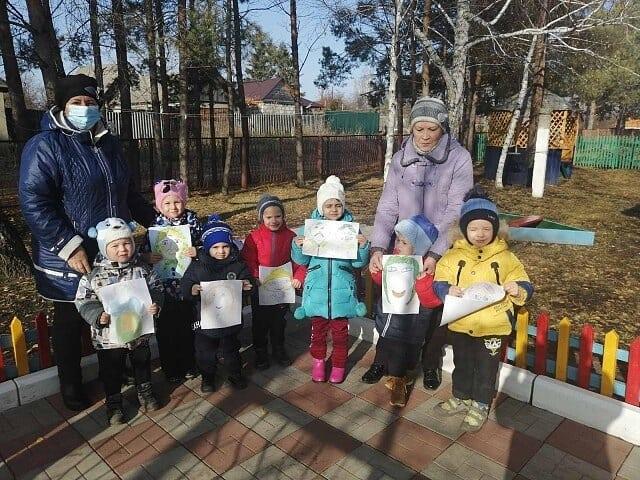 Культорганизатор Сосновоборского дома культуры Оксана Пантеева провела в сельском детском саду конкурсов рисунков, посвящённый Дню бабушек и дедушек