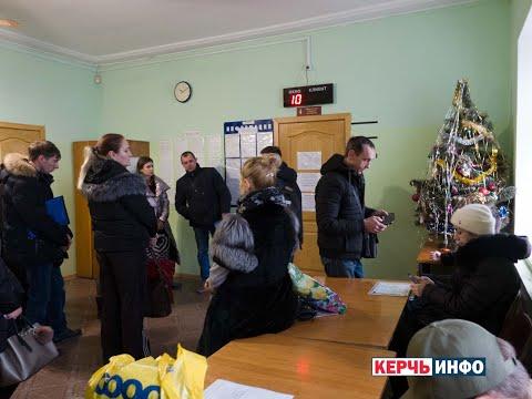 После новогодних праздников в керченском ФМС огромная очередь