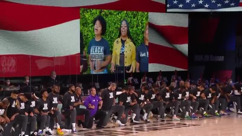 Игроки и тренеры встали на одно колено во время гимна перед матчем Клипперс Лейкерс