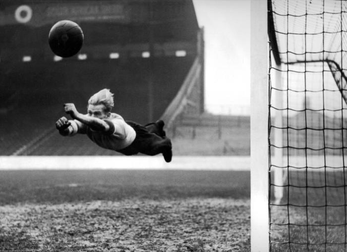 Берт Траутманн, вратарь «Манчестер Сити», Великобритания, 22 декабря 1951 года.