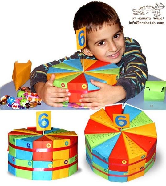 ТОРТ-СЮРПРИЗ Это торт из картонных долек, внутрь которых действительно спрятаны сюрпризы - сладости и мелкие игрушки. Отличное дополнение к большим подаркам для того, кто отмечает день рождения!