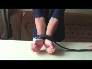 Как надежно связать руки ремнем