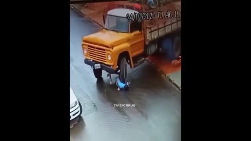 Бразилец забыл поставить грузовик на ручник а затем попытался его остановить Не очень сообразительный мужик был