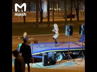 Полуголая девушка в Москве танцует в празднике начала недельного карантина (выходных)