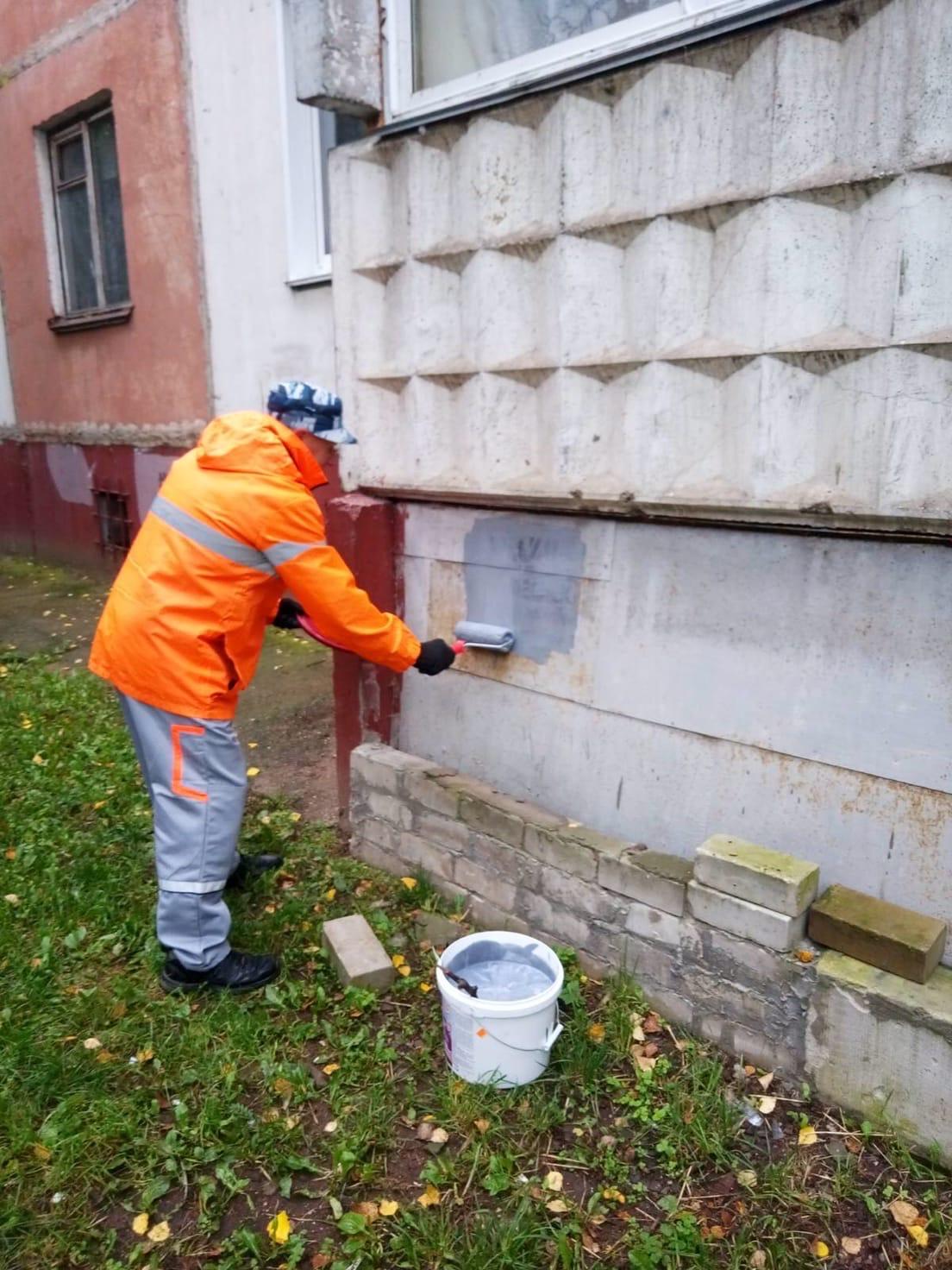 М.Конева 5 закрашивание надписей на фасаде