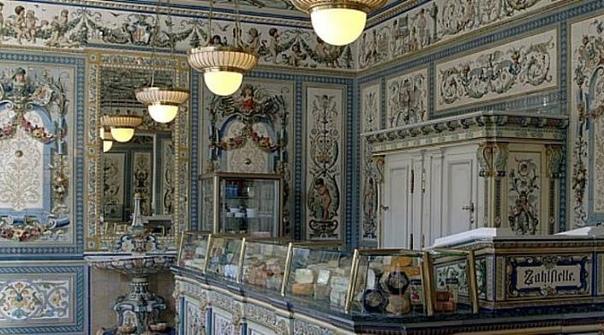 САМЫЙ КРАСИВЫЙ МОЛОЧНЫЙ МАГАЗИН В МИРЕ Молочный магазин Пфунда (нем. Pfunds Molerei) согласно Книге рекордов Гиннесса (1998) самый красивый молочный магазин мира. Он находится в Дрездене по