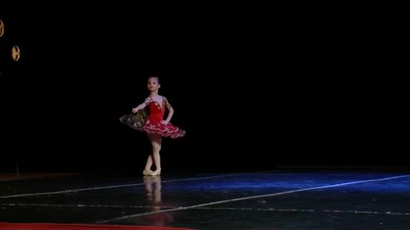 Маленькие балерины во взрослых вариациях Китри из балета Дон Кихот