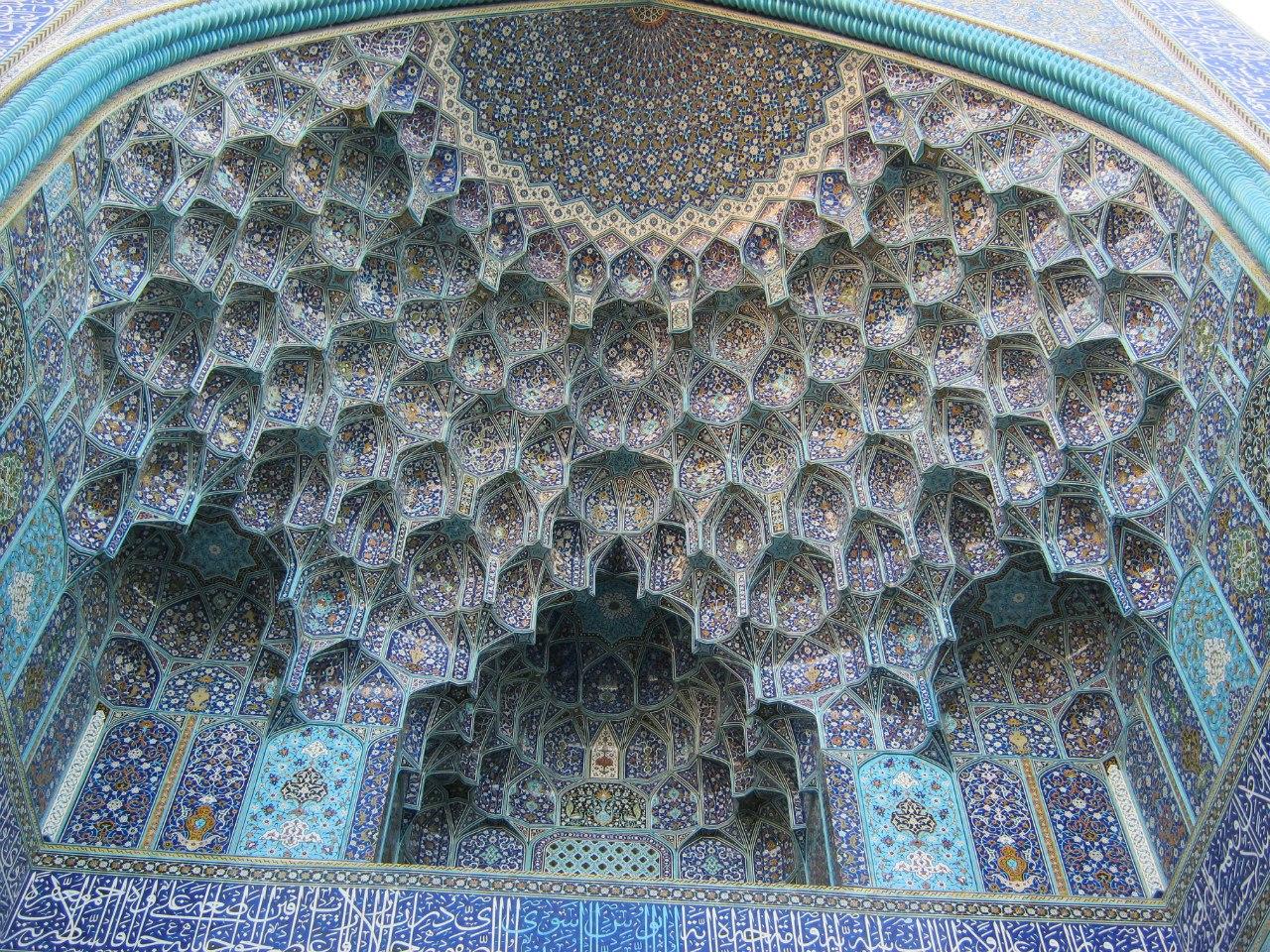 Красивый портал входа в мечеть