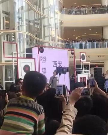 """Dimash Kudaibergen FC Brasil on Instagram: """"Dimash na abertura de cerimônia do lançamento da grife Issey Miyake, num shopping center na China (2017). Carinho da platéia com o nosso…"""""""