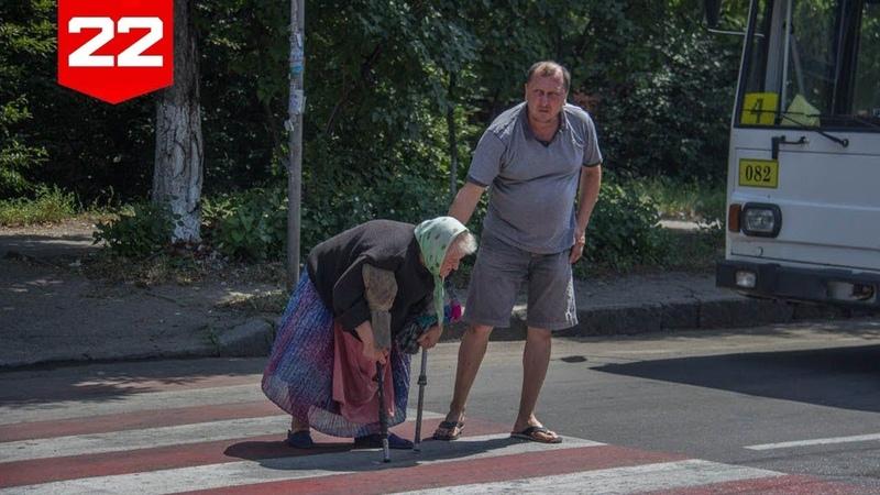 Перевести пожилого человека через дорогу картинка