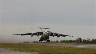 Экипажи авиации Минобороны помогают в тушении природных пожаров в Якутии.