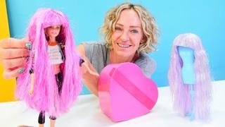 Nicoles SPA Salon. Barbie probiert Perücken an. Spielzeug Video mit Puppen