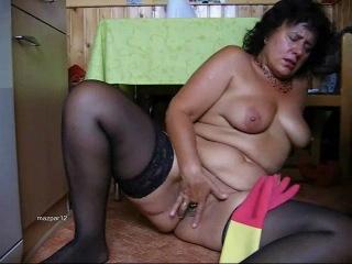 Мастурбация зрелой женщины дома