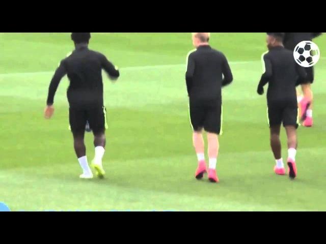 Вильфрид Бони жонглирует мячом на тренировке Манчестер Сити