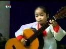 Виртуозно играет на гитаре маленькая девочка из Кореи