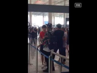 [LPTAO] 150724 Beijing airport-listen to music and beat time