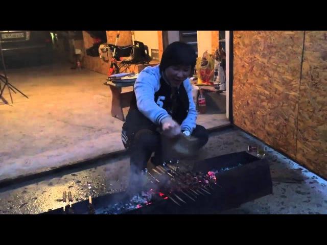 Кайрат Нуртас жарит шашлык