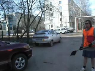 Дворник из Лобни Владимир Фомин кидается на Славу-байкера с лопатой