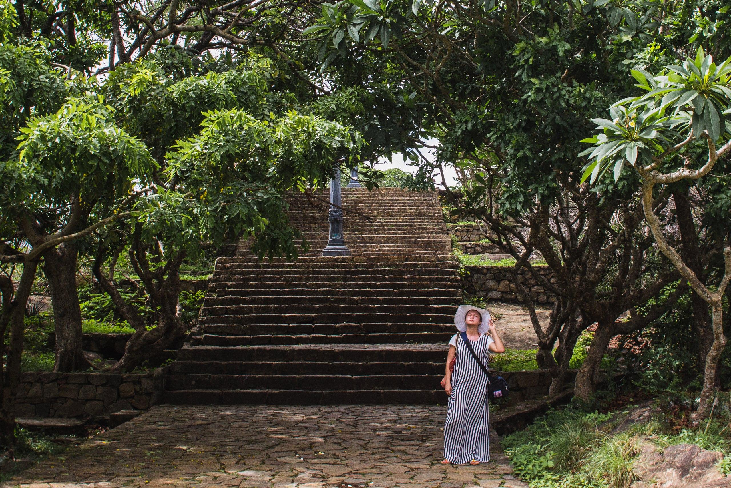 Подъем в храм по каменным ступеням, а вокруг - цветущий пачули, запах которого кружил голову