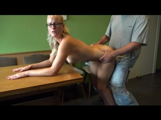Трахнул блондинку в очках раком