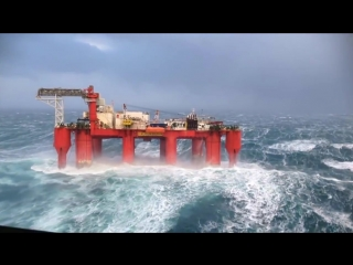 Морская буровая платформа в Северном море во время шторма.