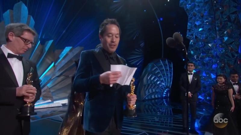 Люпита Нионго и Кумэйл Нанджиани вручают награду за «Лучшую работу художника-постановщика» премии «Оскар 2018»