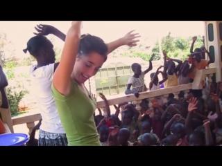 Sie war erst 18 jahre alt als sie uganda besuchte – 5 jahre später ist sie mutter von 14 kindern