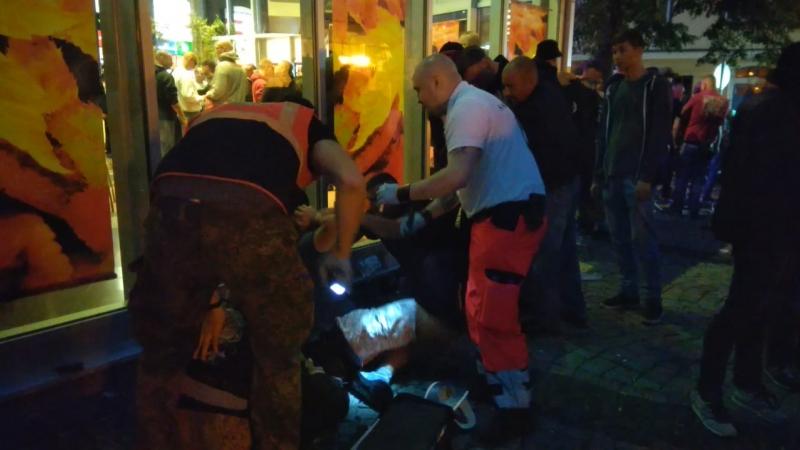 Schwerverletzter auf dem Boden Apolda 6 10 2018 Rock gegen Überfremdung