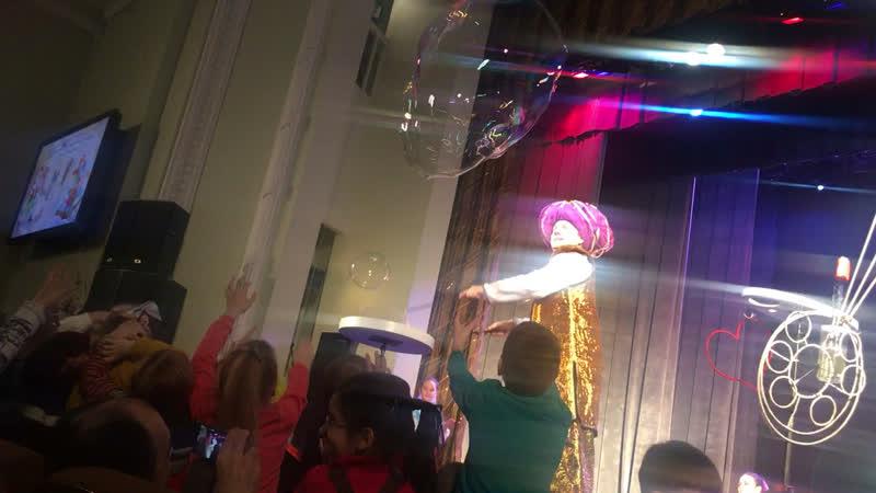 Кристишка ловит пузырики 😃