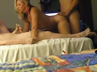 3 молодых любовника, трахают симпатичную, зрелую сексвайф_ МММЖ