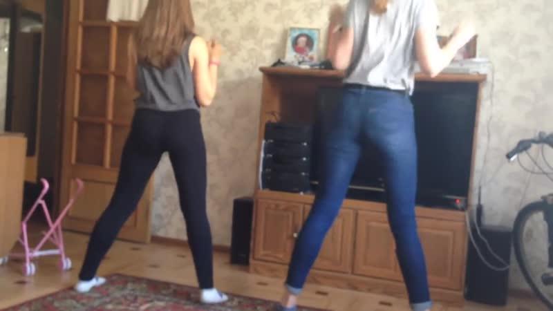 Две школьницы танцуют домашний тверк Школьница 14 тверк шортики трусики школа
