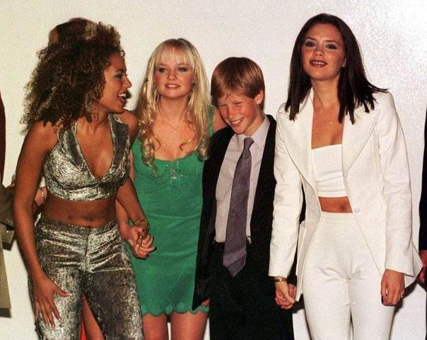 Фото принца Гарри в окружении солисток группы Spice Girls: Мелани Браун, Эмма Бантон и Виктория Бекхэм, 1990-е.