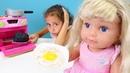 Oyuncak bebek Mira için yemek pişerilim Yemek oyunu