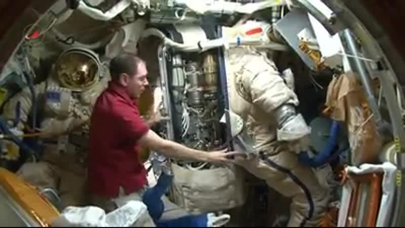 Сергей Волков подготовка скафандра к выходу в открытый космос