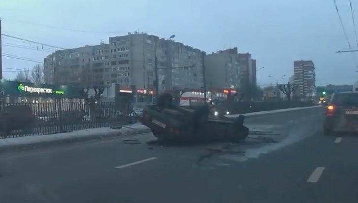 На Московском проспекте в Ярославле перевернулась легковушка