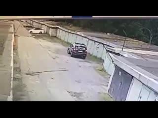Как женщина заезжала в свой гараж, а оказалась в чужом