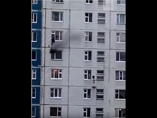 В Нижневартовске мужчина вытащил девушку из горящей квартиры.