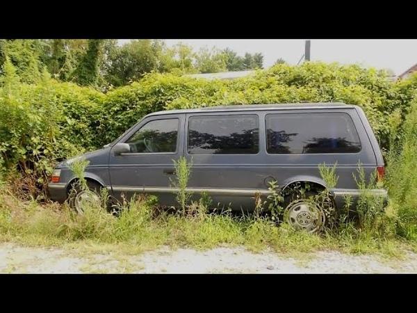 Парень помогает поставить колесо на фургон затем он видит внутри женщину с двумя маленькими детьми