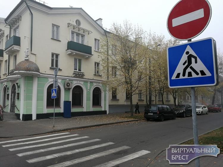 Менжинского сделали односторонней, а на Кирова дежурит сотрудник ГАИ (впрочем, бесполезно)