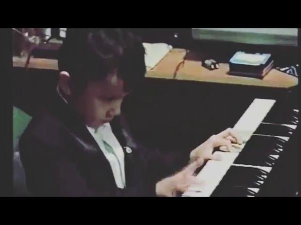 Димаш в 5лет, играет на пианино