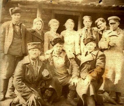 Работники Мотского лесничества. 1940г. (справа в шинели лесничий Батанов)
