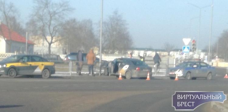 Яндекс-такси пробило ограждение на пустой трассе в Барановичах